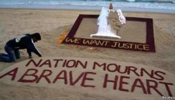escultura en una playa de Puri, India exige justicia para joven violada