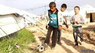 Niños jugando con una pelota en un campamento de refugiados en Irak