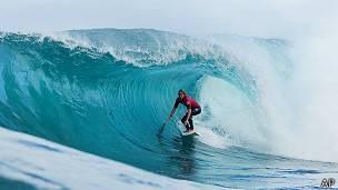 Surfista en una playa de Hawái.