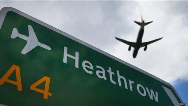 Avión sobrevuela cartel de aeropuerto de Heathrow