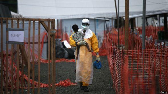 Un enfermero con un niño sospechoso de tener ébola