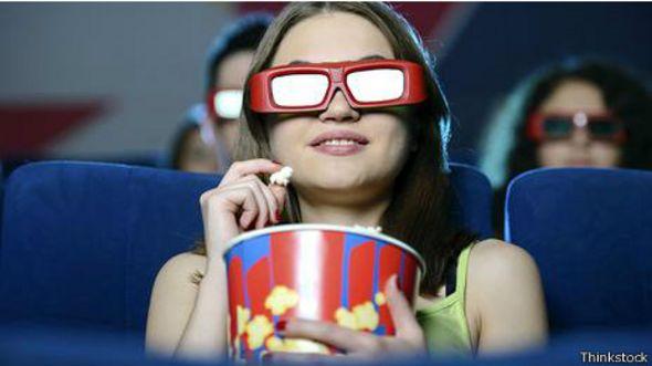Espectadora en una sala de cine