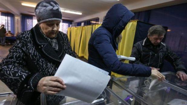 Mujer votando en Ucrania.