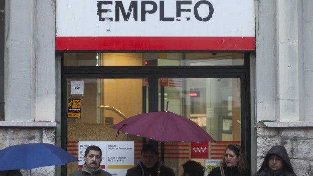 Personas en una fila de un centro de empleo