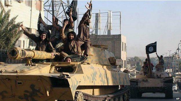 Militantes de EI entrando en tanques