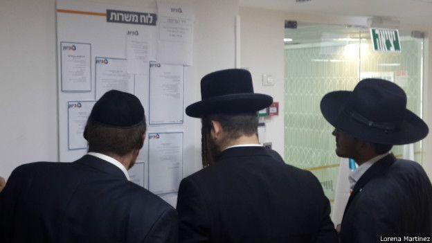 Judíos ultraortodoxos mirando pizarra