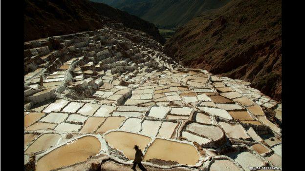 Pozos de evaporación de sal en Mara, Perú.