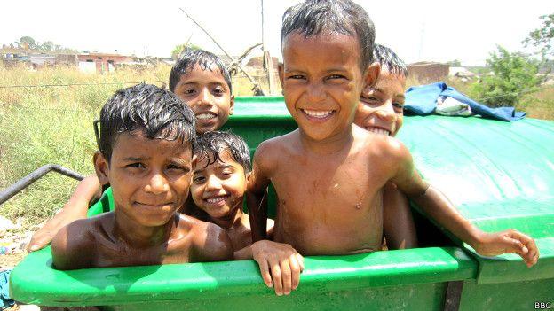 रोहिंग्या बस्ती में नहाते बच्चे