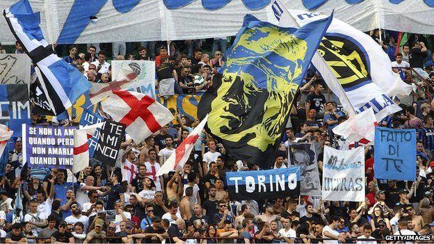 Multidão em estádio italiano | Foto: Getty
