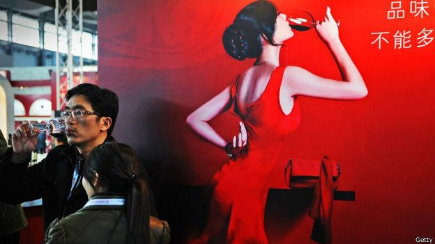 Una modelo toma vino en China
