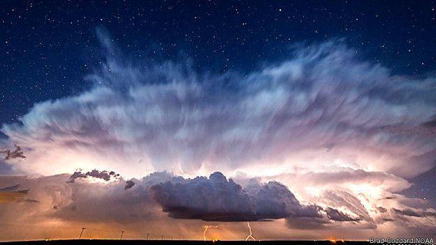 Estrellas detrás de una tormenta