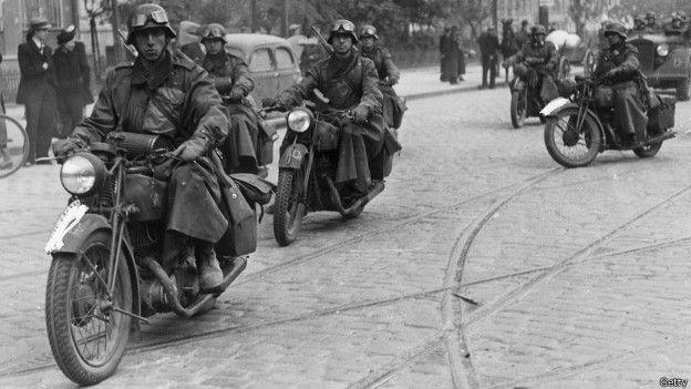 Nazis en motos en las calles de Varsovia