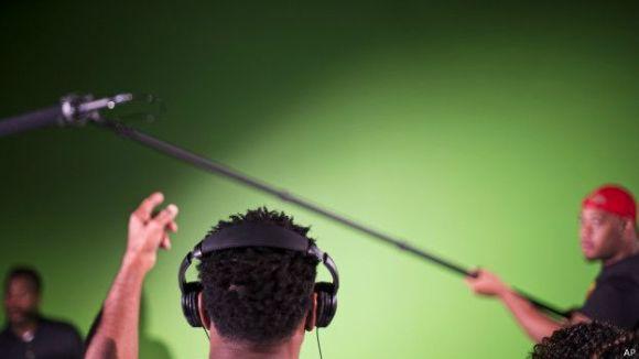 Hombre usando auriculares