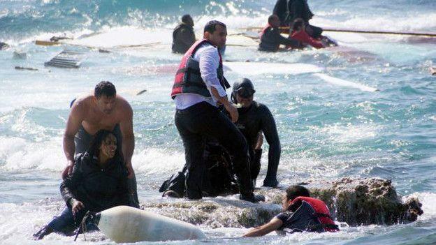 Rescate de inmigrantes en la playa de la isla de Rodas