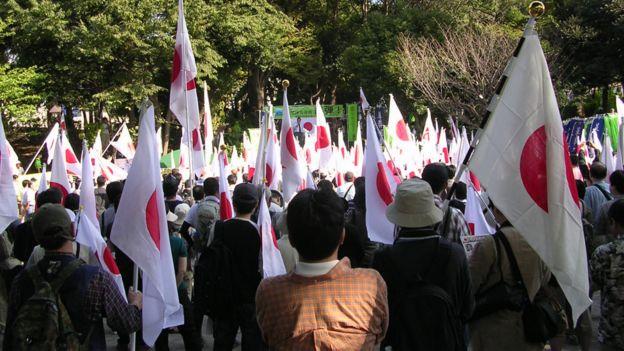 東京青山公園參與反華示威群眾高舉日本國旗(16/10/2010)
