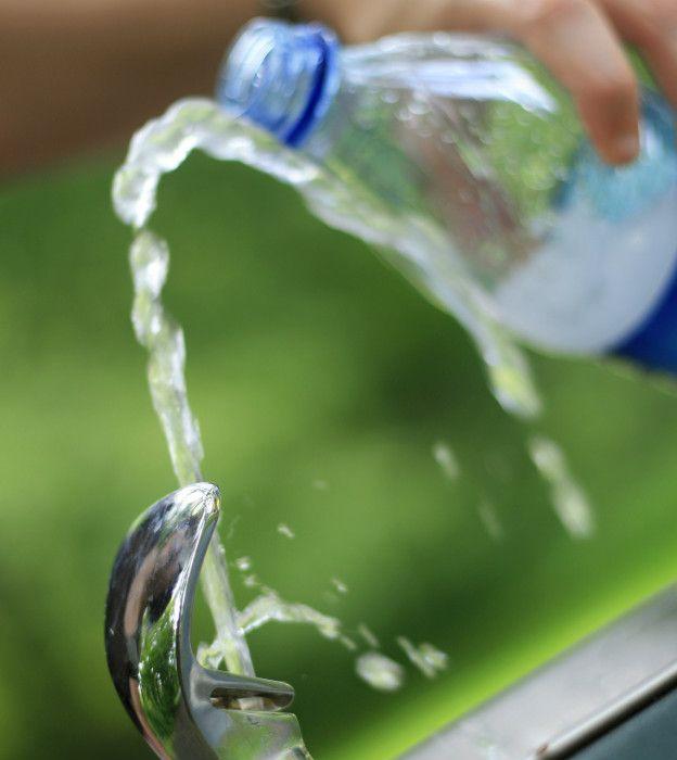 Botella de plástico rellenándose de agua
