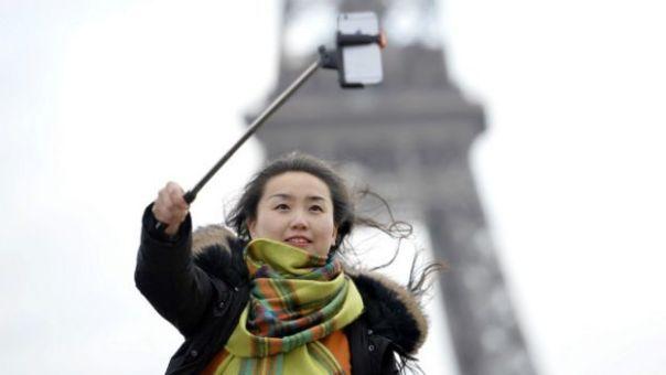 Una persona tomándose un selfie con un selfie stick