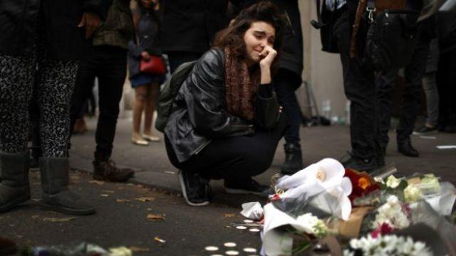 Una joven llora