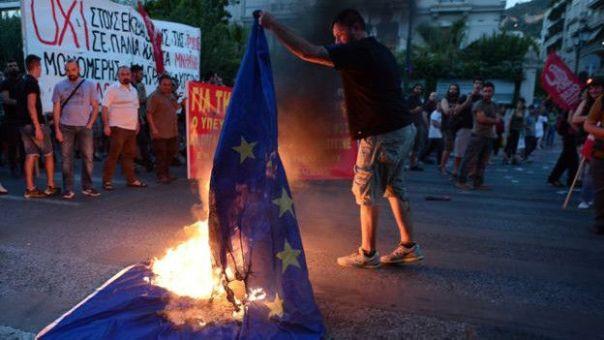 Quema de la bandera en Grecia
