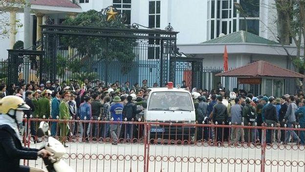 Người dân trước trụ sở Ủy ban Nhân dân tỉnh Thanh Hóa trong biểu tình mới đây