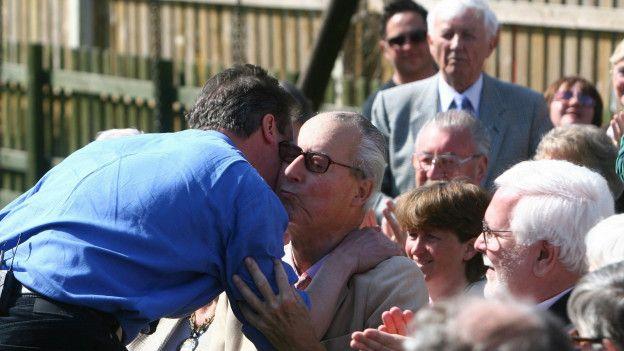 El padre del primer ministro británico, David Cameron, también está involucrado en el escándalo por los