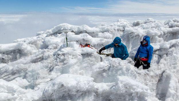 Dos expedicionarios franceses sobre el glaciar