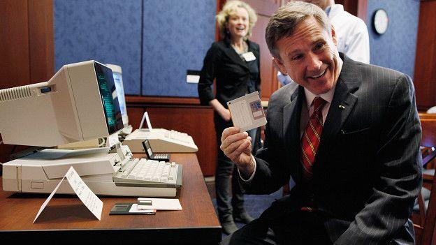 El senador republicano Mark Kirk pidió durante el aniversario 25 de la ECPA que esta se reformara para asegurar que el gobierno obtuviese una orden judicial antes de acceder a comunicaciones privadas.