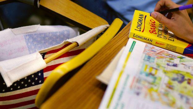Un estudiante con un diccionario