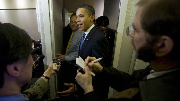 Obama y periodistas a bordo del Air Force One