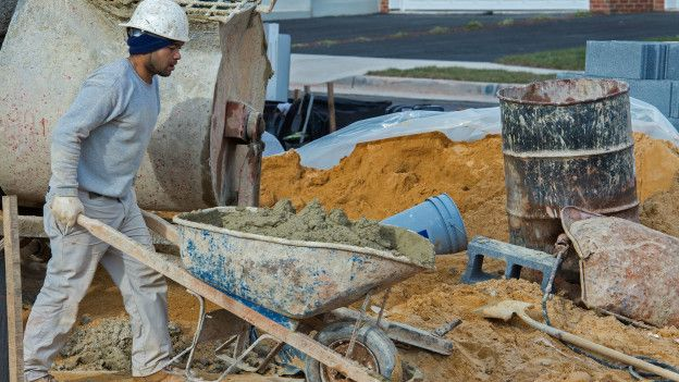 Los trabajadores suelen utilizar carretillas para medir la cantidad de cemento.
