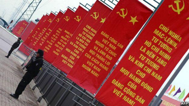 Công an gác bên ngoài nơi diễn ra Đại hội XI hồi năm 2011