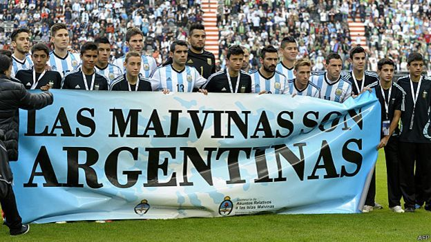 La selección argentina apoyando la reivindicación sobre las Malvinas / Falklands