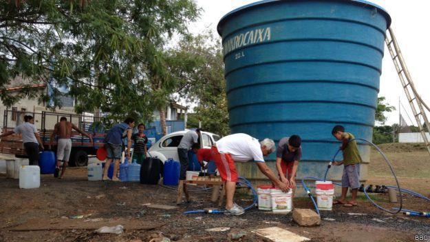 Moradores na caixa d'água em Itu / Crédito: BBC Brasil