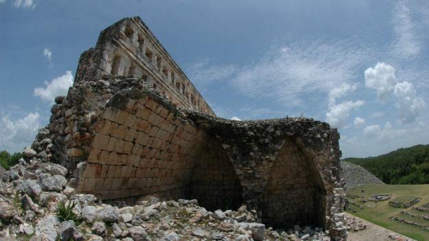Kabah, zona arqueológica de México donde se investiga el código Puuc.