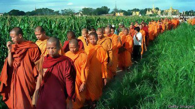 Monges budistas em cerimônia no Cambodja