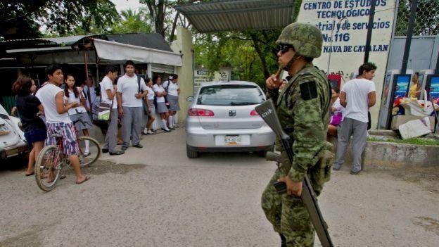 Militares vigilan escuelas en Acapulco, México. Foto: AFP/Getty