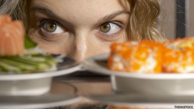 Chica viendo comida