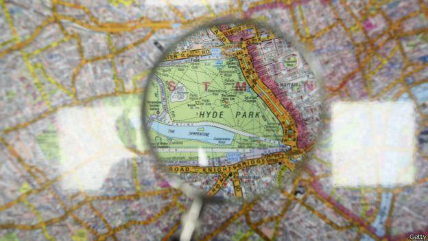 Una lupa sobre un mapa
