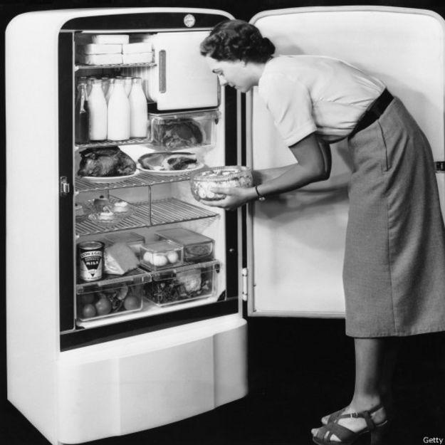 Un ama de casa con un refrigerador en los años 50