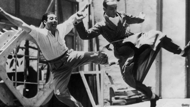Fred Astaire y el director Mark Sandrich bailando