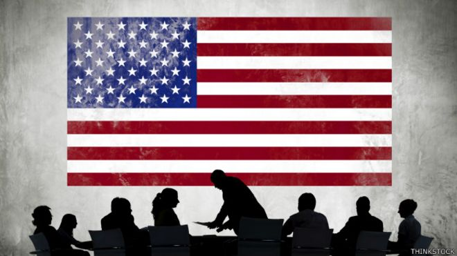 Ejecutivos con una bandera de EE.UU. de fondo