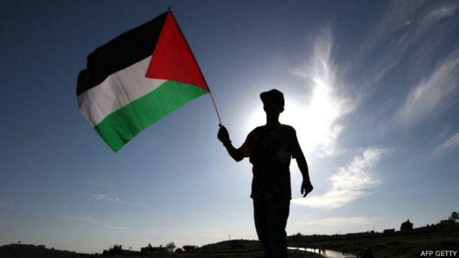 Adolescente con la bandera palestina