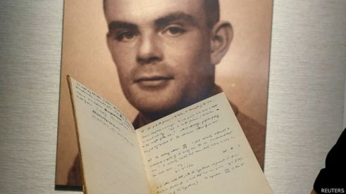 Imagen de Alan Turing junto al manuscrito que se subasta en Nueva York