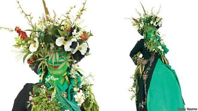Wildgoose con un elaborado tocado de hojas y flores.