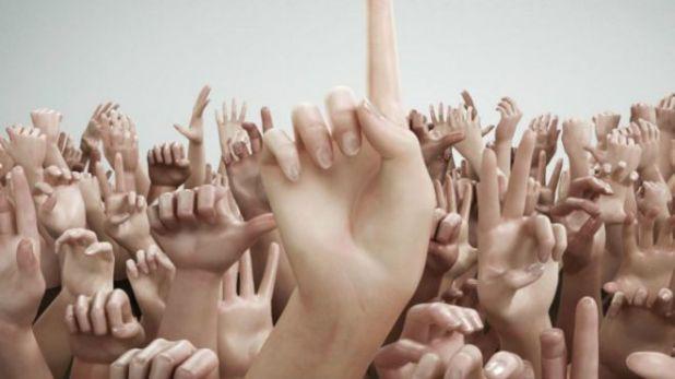 Muchas manos levantadas