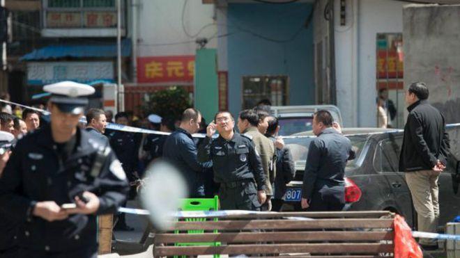 Cảnh sát chặn khu vực gần trường học