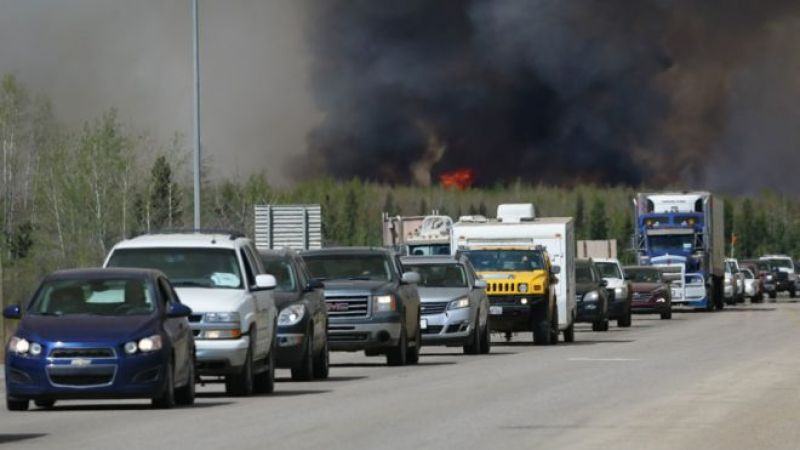 Habitantes huyendo del incendio en Fort McMurray, Canadá