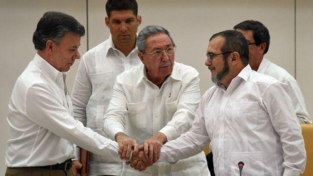 El saludo entre Santos y Timochenko en La Habana