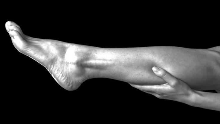 Una persona que se agarra la pierna