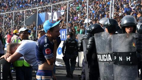 Les fans réagissent à la suite d'une bousculade pendant le match entre Motagua et Honduras Progreso